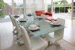 Как выбрать стеклянный кухонный стол?
