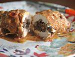 Готовим куриные рулетики с грибами в сметанном соусе
