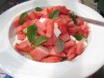Салат из свежих листьев мяты с арбузом и сыром фета
