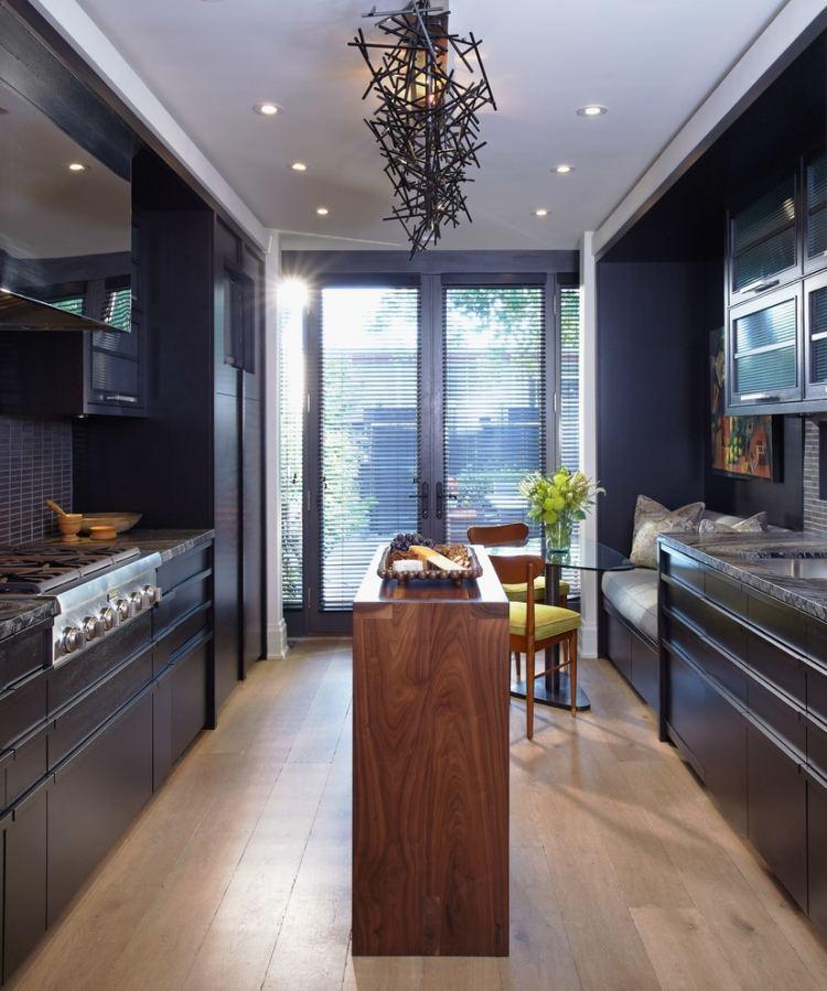 Уютная кухня с черной мебелью