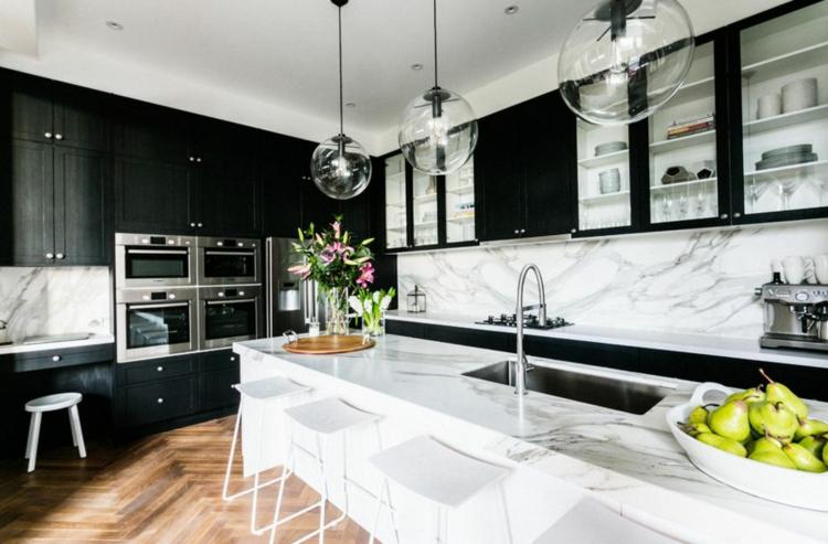 Деревянные акценты на кухне с мебелью в черно-белом