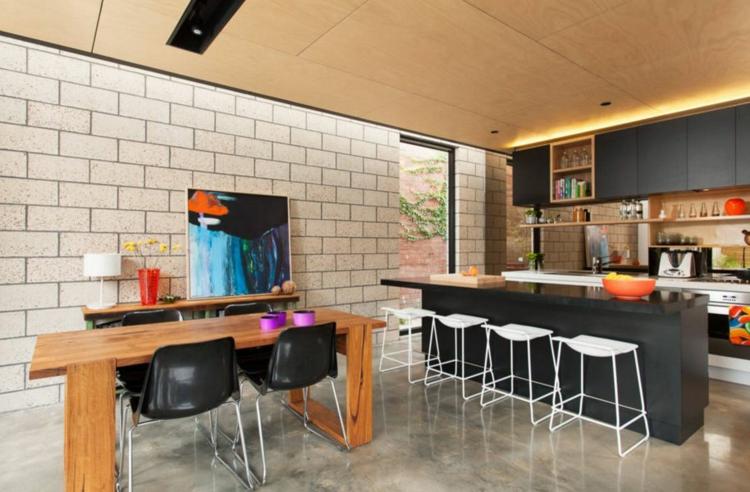 Кухня с красочным декором и мебелью в черном, белом и деревянном