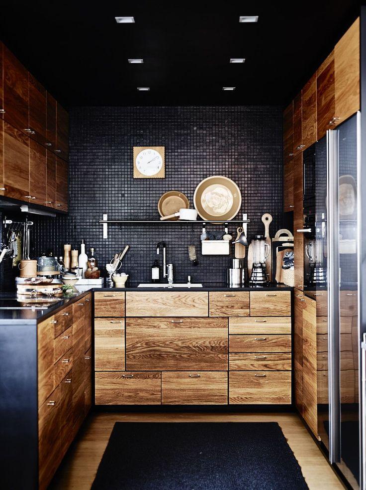 Уголок кухни с деревянными фасадами и черной мозаикой