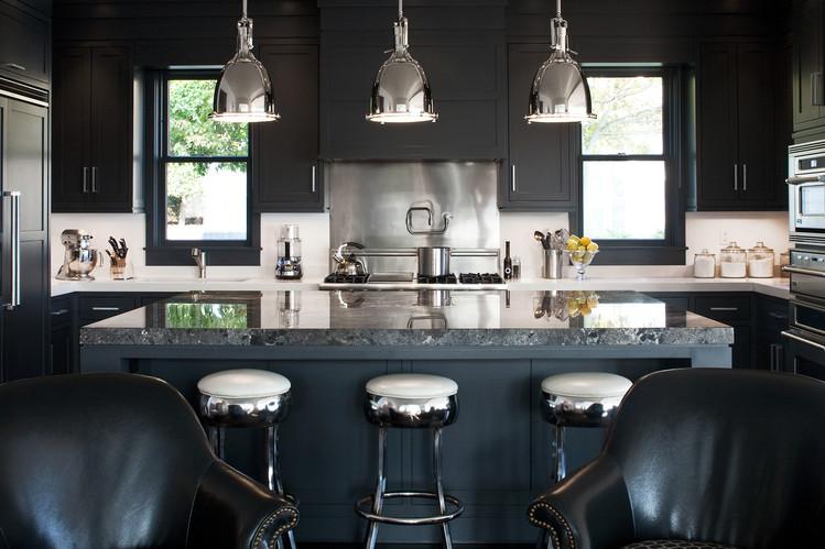 Контраст между металлом и черным на кухне