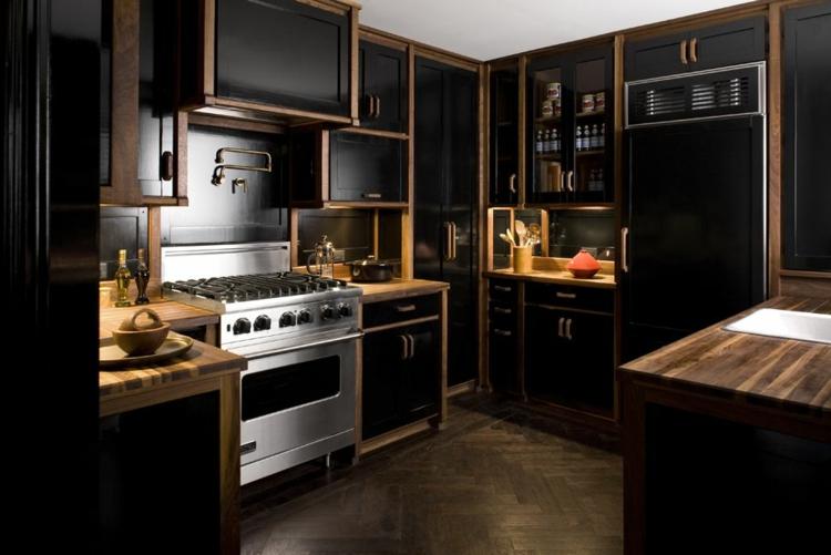 Стильная черная кухня с деревянными акцентами