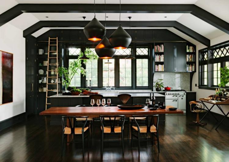 Просторная кухня в контрастных цветах