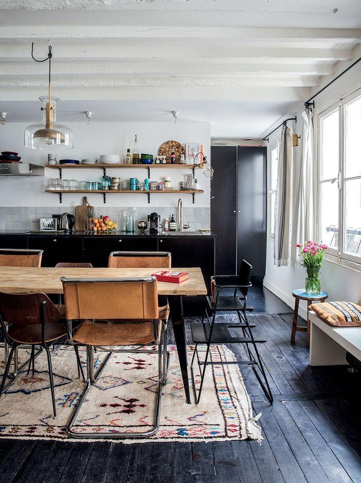Кухня с шкафами и деревянным полом в черном цвете