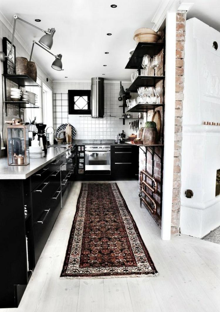 Черно белая кухня с кирпичной стеной