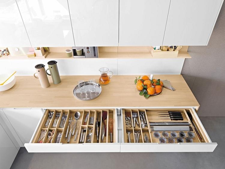 Легкая светлая древесина столешницы создает воздушную атмосферу кухонного пространства