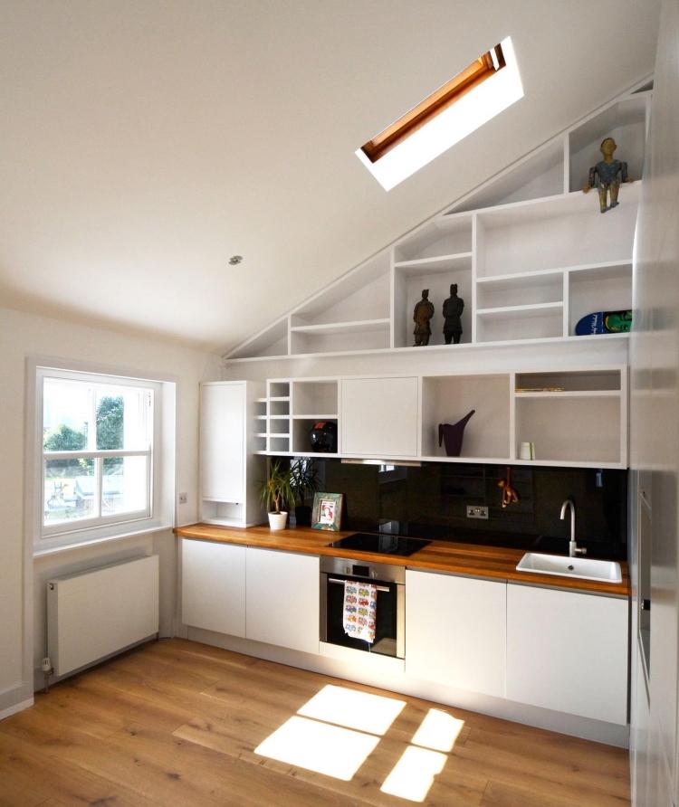 Чёрные акцентные детали сделают интерьер белой кухни более интересным