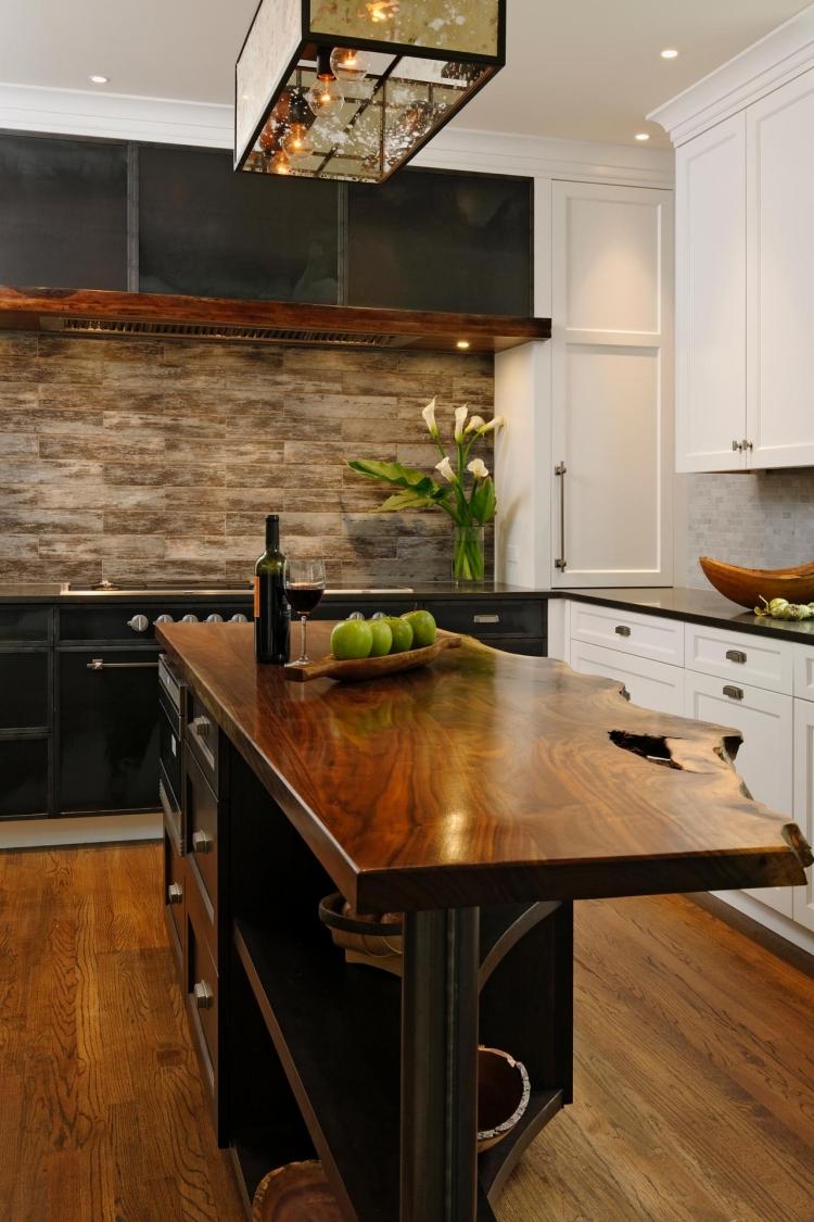 Контрастная черно-белая кухня в стиле модерн, в сочетании с деревянной столешницей нестандартной формы