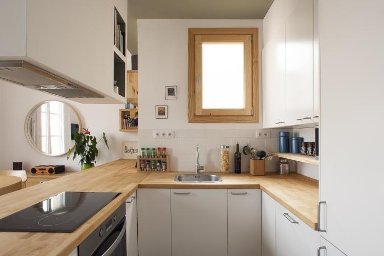 Дубовые столешницы и матовые белые фасады кухонных шкафов