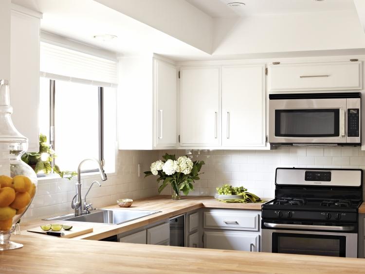 Добротная деревянная столешница станет красивым акцентом на вашей кухне