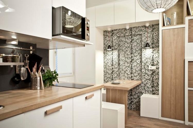 Черная стеновая панель, белые фасады шкафов и ламинированные столешницы из дуба