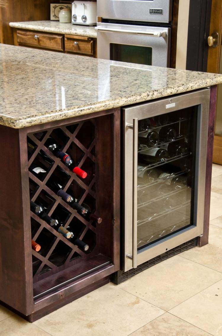 Темная кухня с винной полкой и холодильником