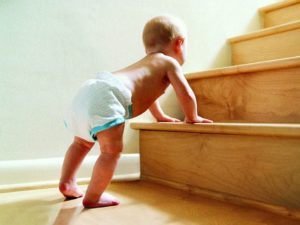 Когда ребенок начинает стоять